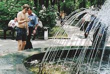 В Бауманке запретили употреблять шампанское, но разрешили купаться в фонтане