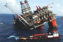 ЧП: Нефтяную платформу унесло в море.