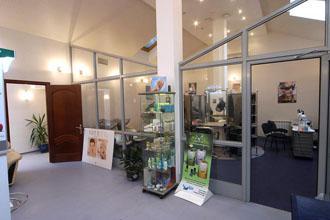 Салоны и парикмахерские: Адреса и телефоны