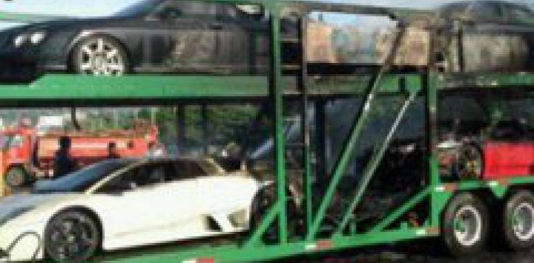 В Таиланде на автовозе сгорели четыре суперкара