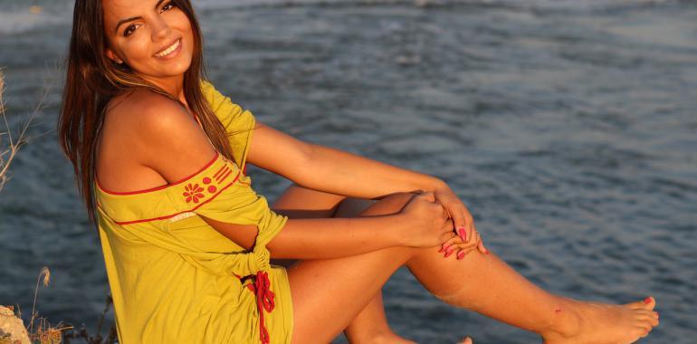 6 цветов одежды, которые лучше всего подчёркивают загар