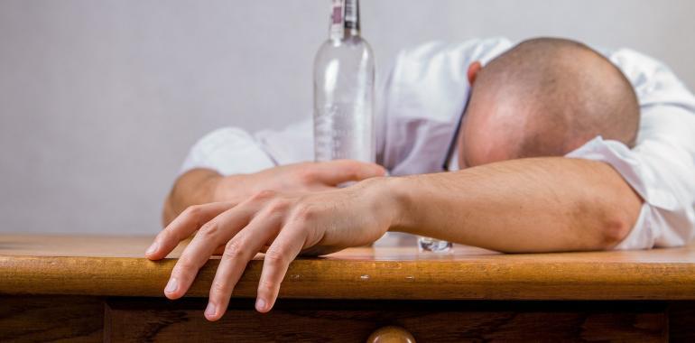 алкоголь убивает коронавирус вместе с человеком