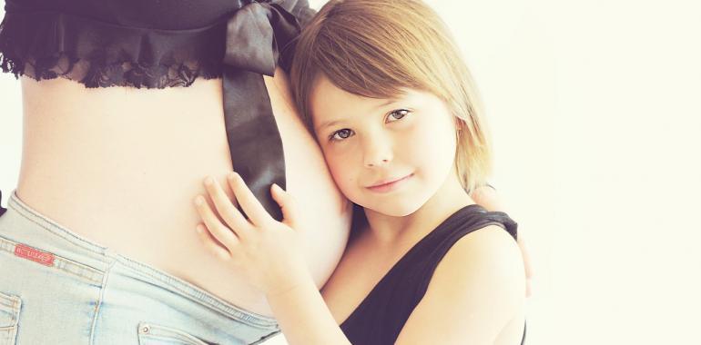 Беременная женщина и ребенок