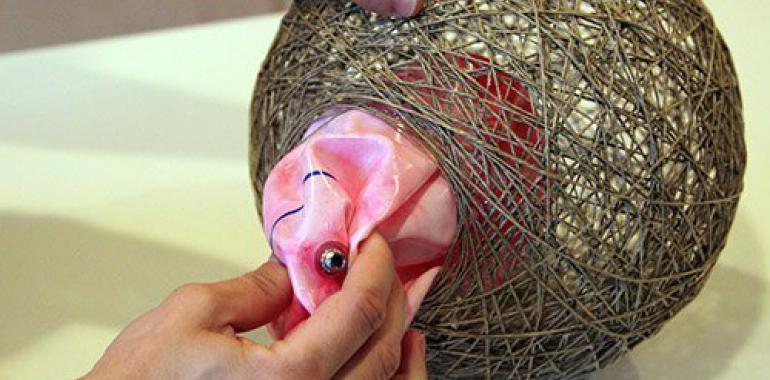 как сделать люстру из ниток и шарика