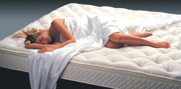 Спящая девушка на матрасе