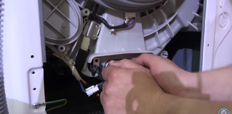 как достать косточку от лифчика из стиральной машины видео