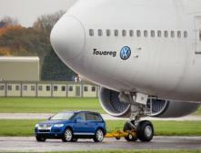 VW Touareg способен буксировать Боинг