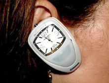 Наручные часы одели на ухо и оснастили Bluetooth